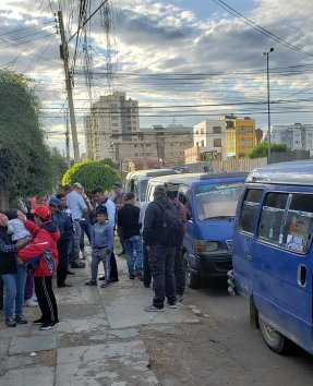 People preparing to use vans and go to the mountains.